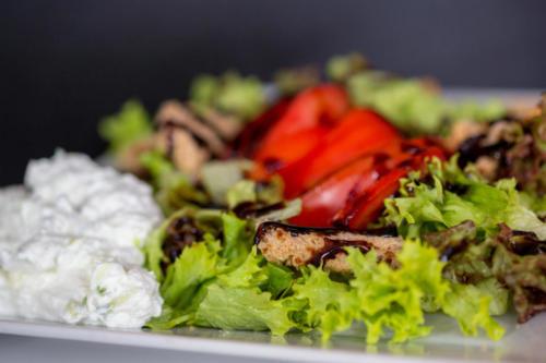 σαλάτα πολύχρωμη με κατίκι το σουβλατζίδικο ελληνικο